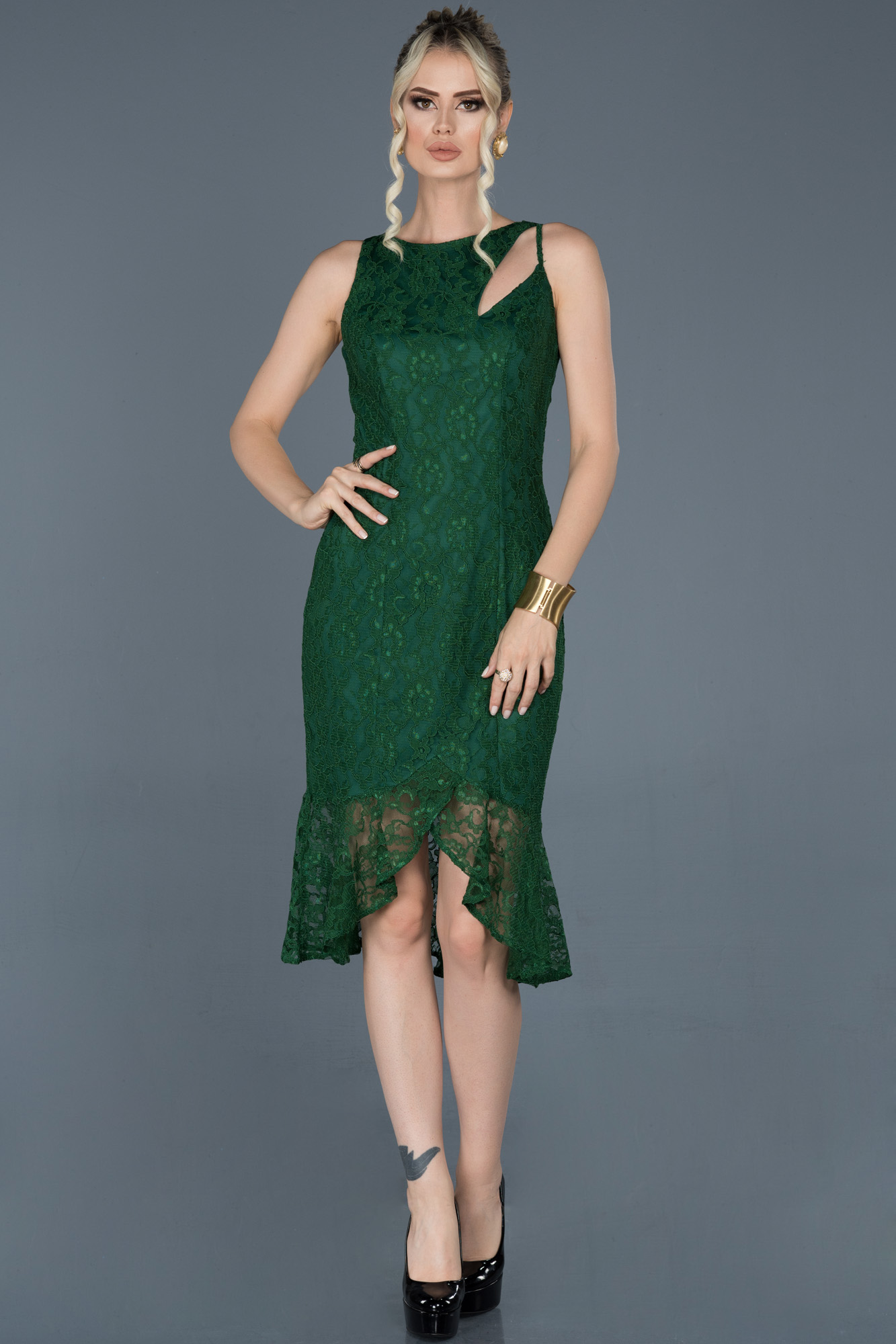 Zümrüt Yeşili Kısa Önü Yırtmaçlı Güpürlü Davet Elbisesi