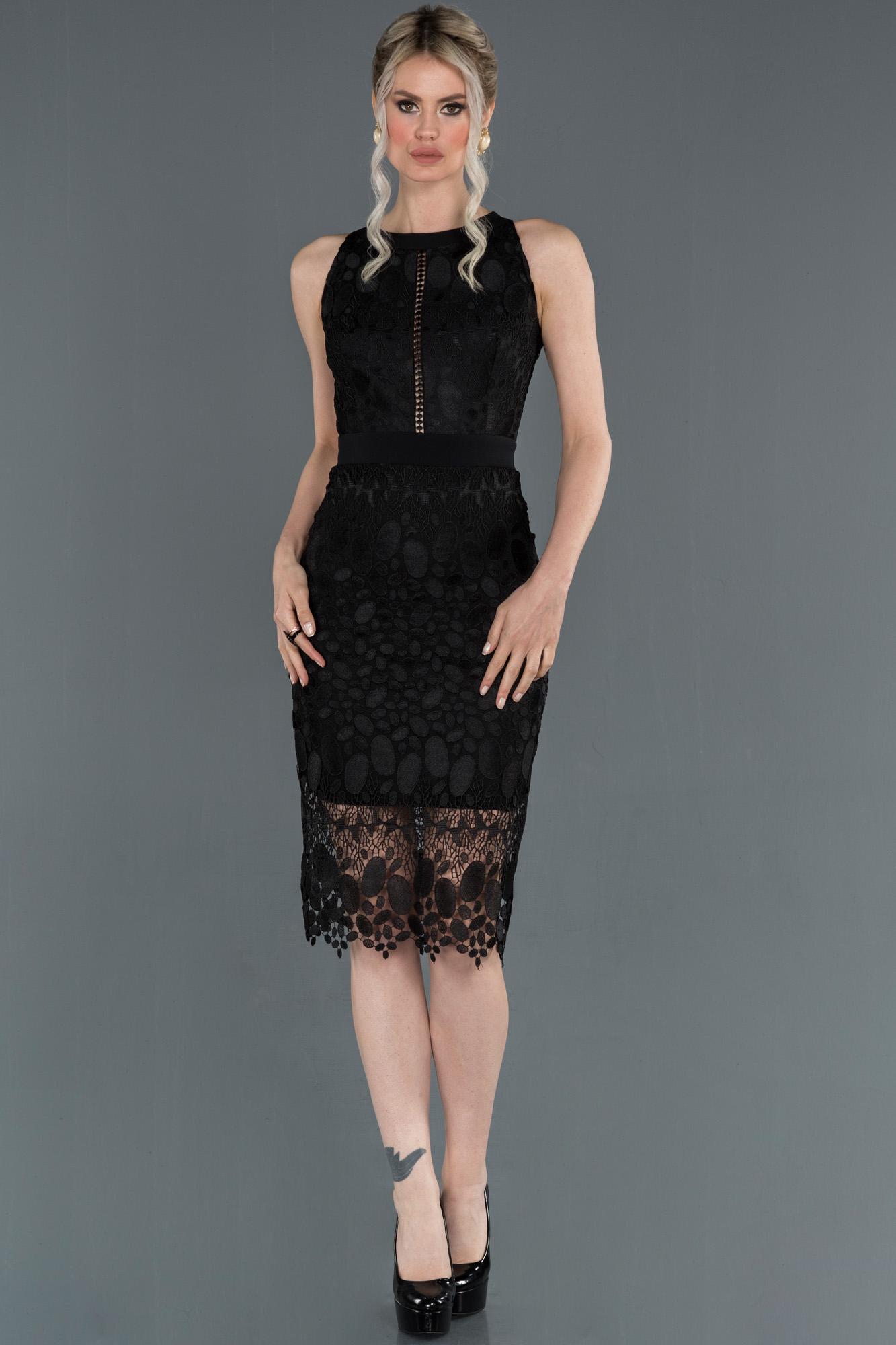Siyah Kısa Dantelli Dekoltesiz Davet Elbisesi