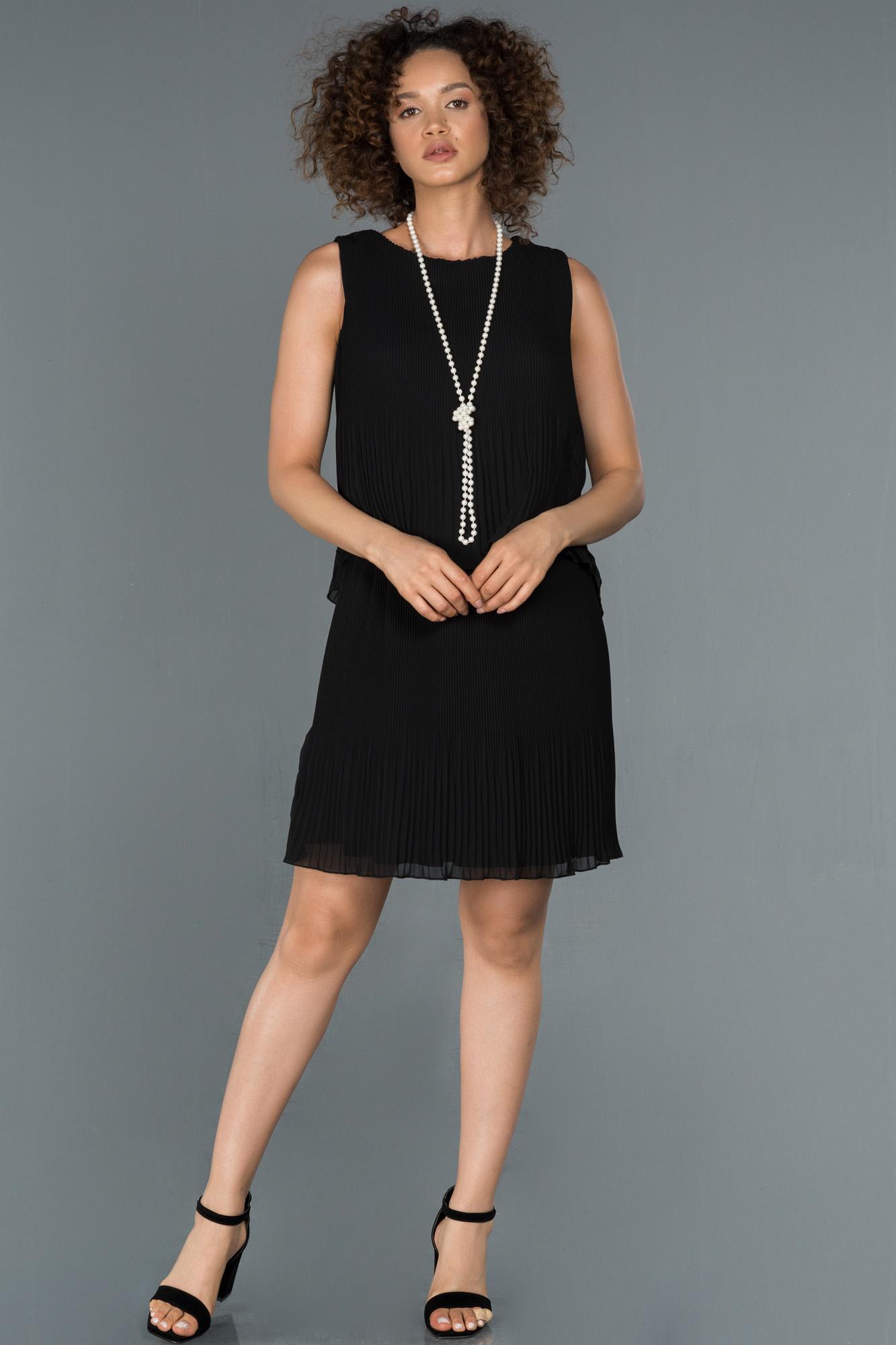 Siyah Kolye Detaylı Kısa Şifon Davet Elbisesi