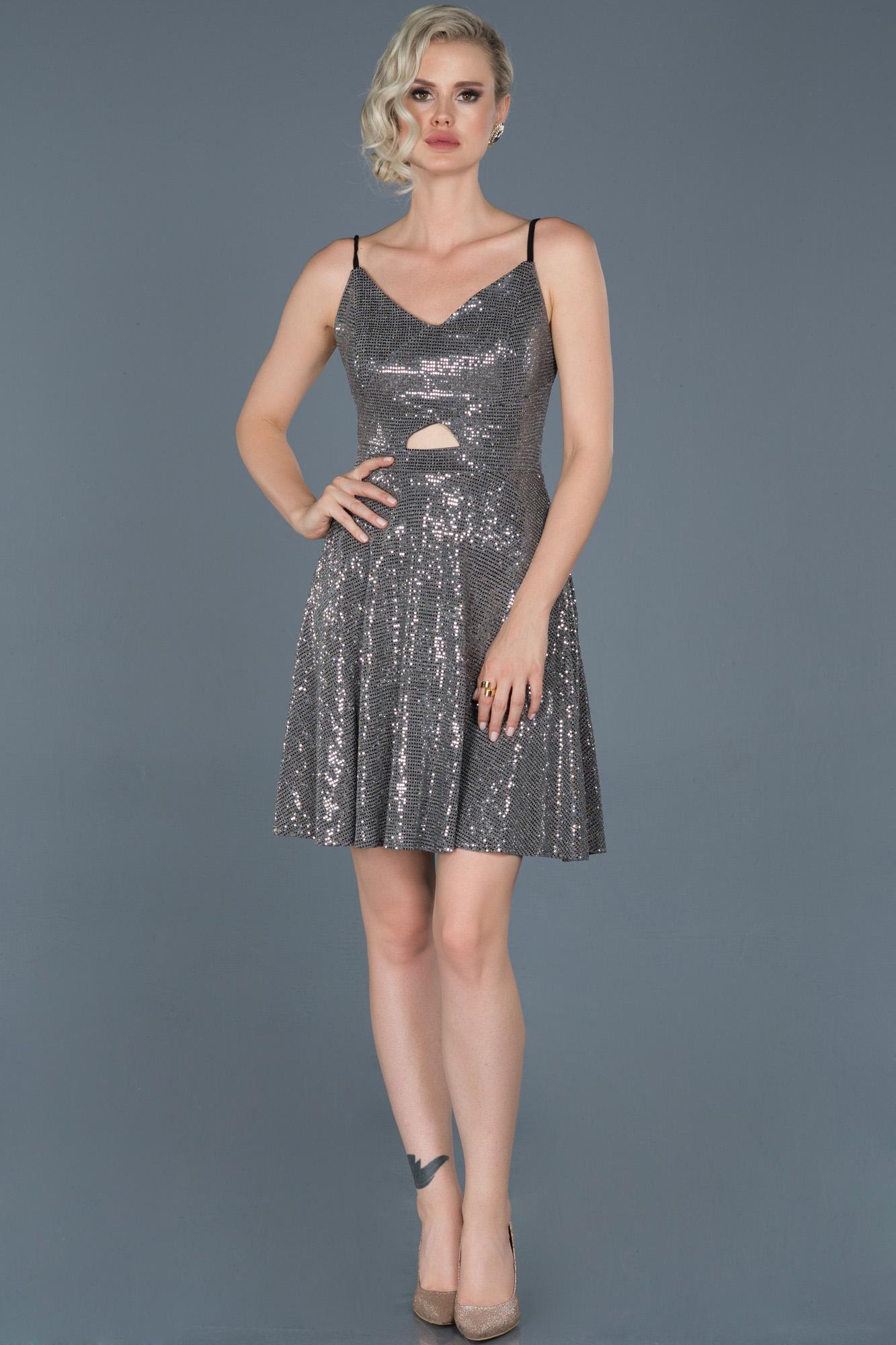 Gümüş Kısa Sırt Dekolteli Davet Elbisesi