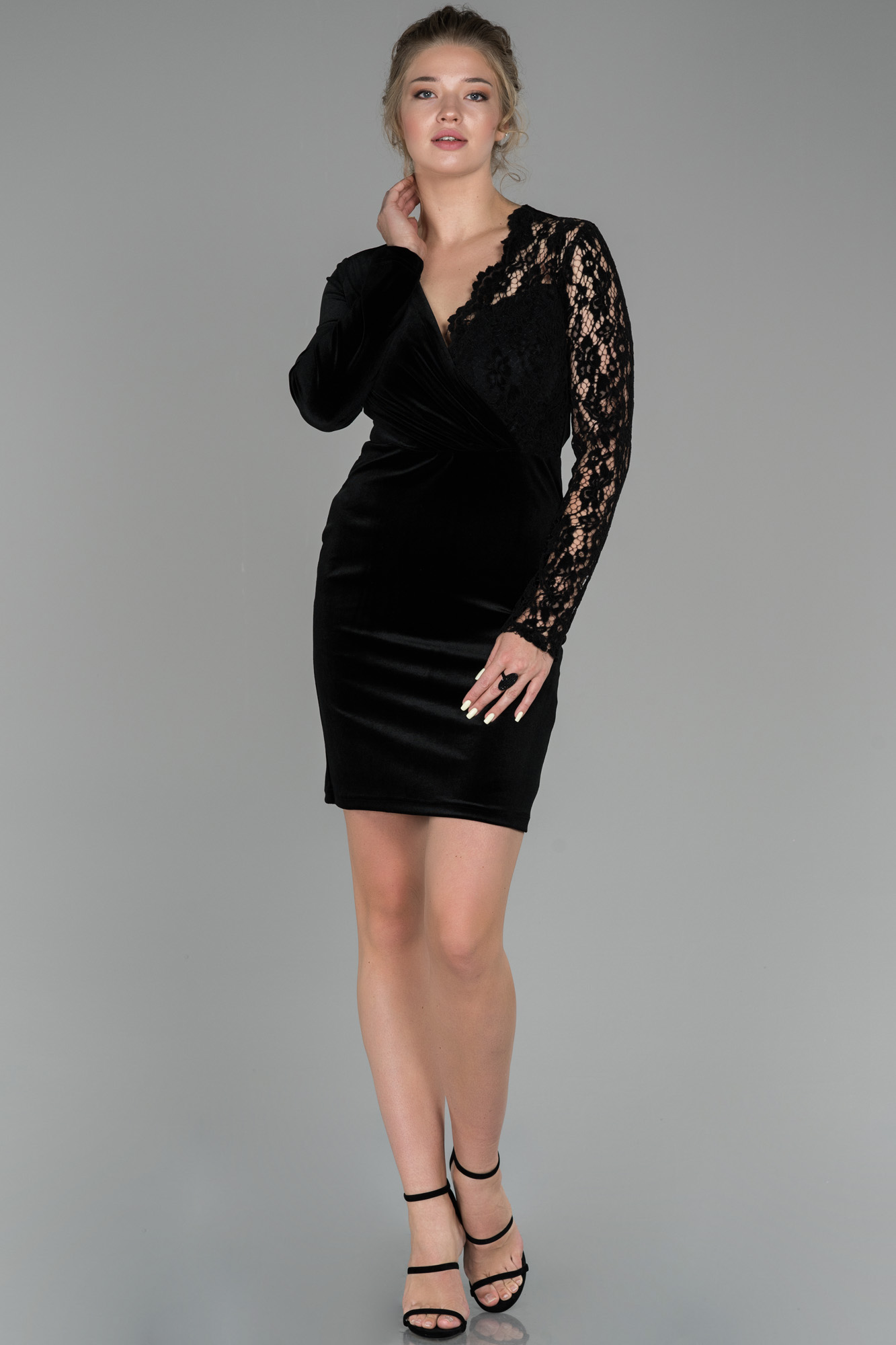 Siyah Kruvaze Yaka Güpürlü Kadife Davet Elbisesi