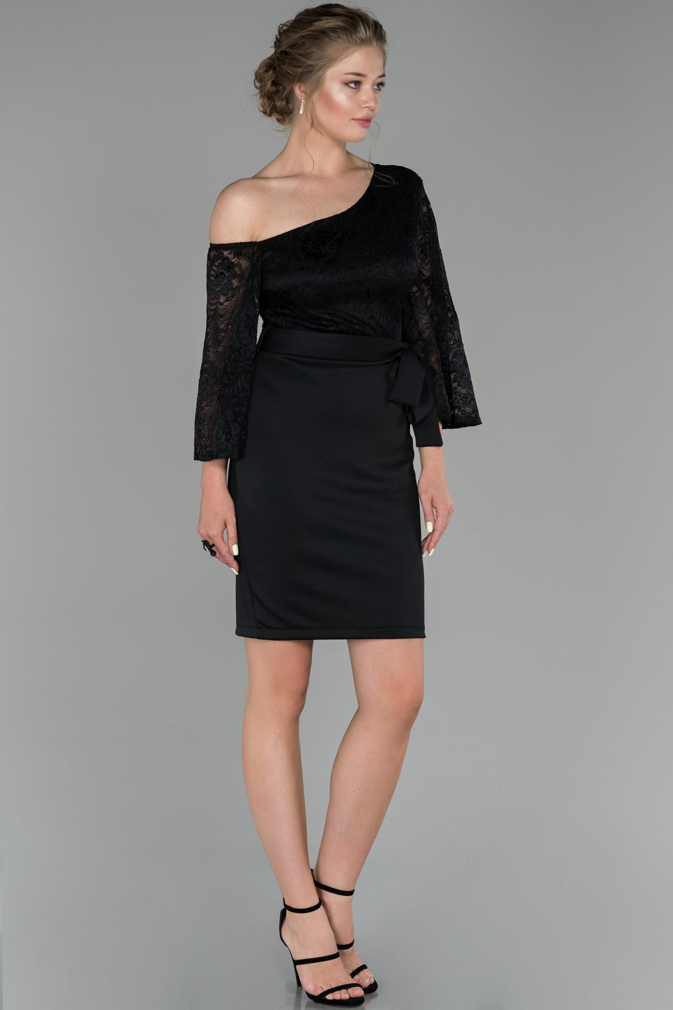 Siyah Omuz Dekolteli Dantel Detaylı Davet Elbisesi