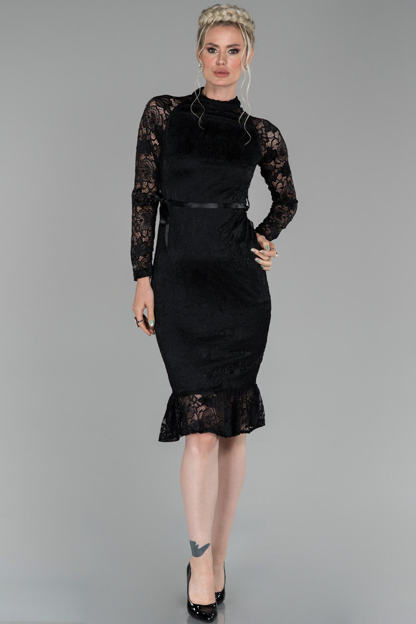 Siyah Kısa Dantel Kumaş Dekoltesiz Davet Elbisesi