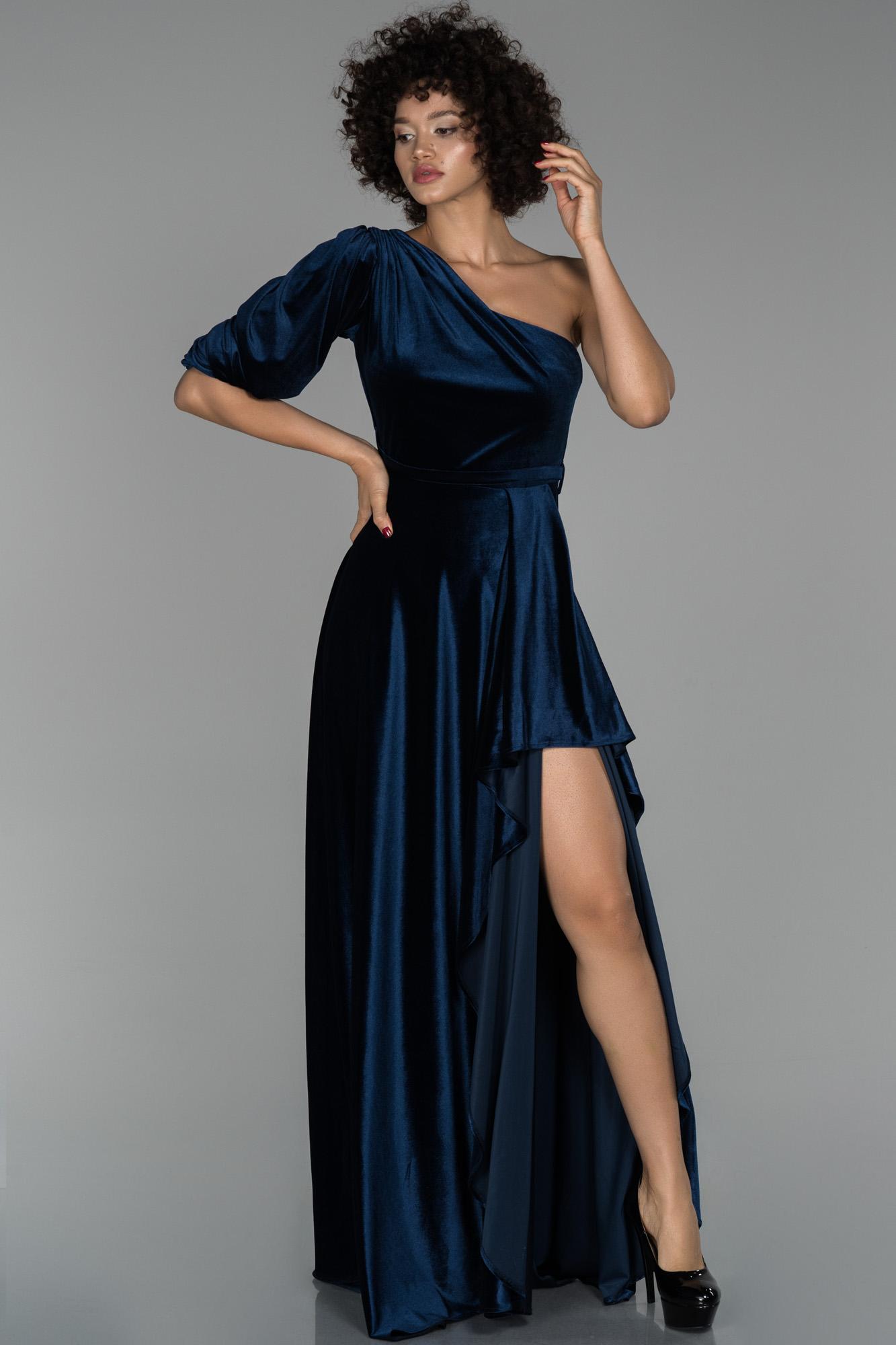 Lacivert Uzun Tek Kol Yırtmaç Detaylı Kadife Abiye Elbise