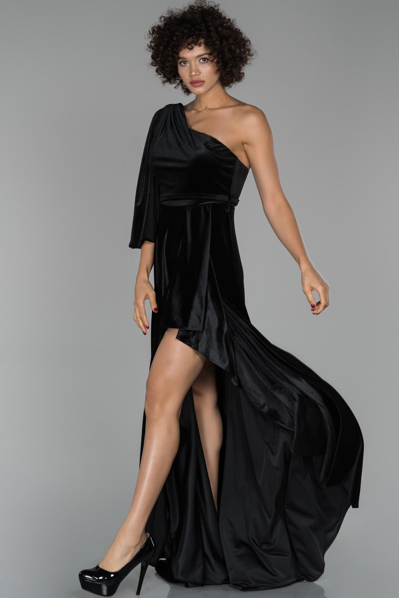 Siyah Uzun Tek Kol Yırtmaç Detaylı Kadife Abiye Elbise